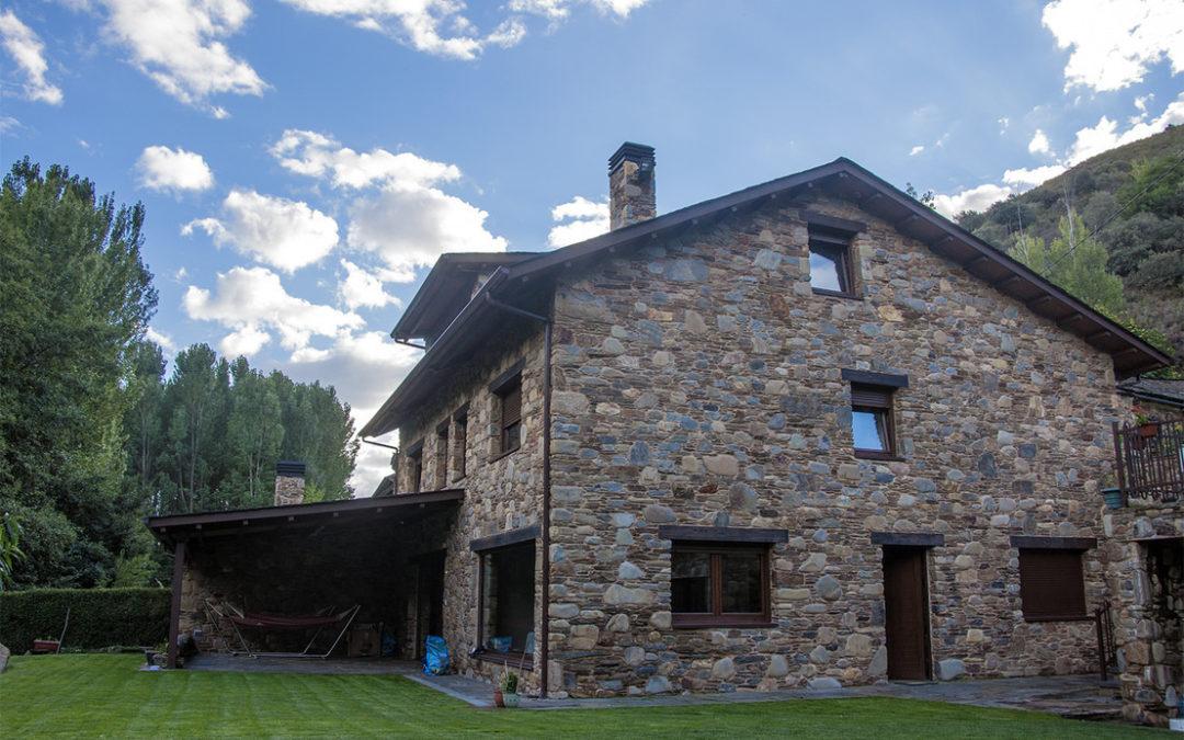 Una casa rural con decoración moderna